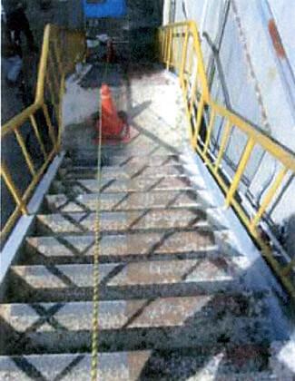 縞鋼板の鉄板階段にすべり止めペンキを塗装する
