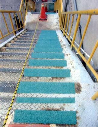 滑り止め塗料IW-NSSを鉄製階段に塗布した