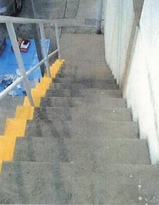 屋外のコンクリート製階段に滑り止めのペンキ塗料をぬります。