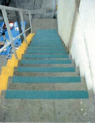 コンクリート製階段にノンスリップペイントを塗りました。