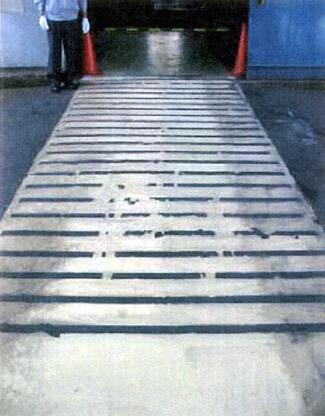 屋外のモルタルコンクリート道路に滑り止めペンキ塗料をペイント塗装します