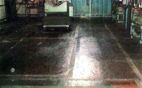 工場のコンクリート床面の転倒防止に滑り止め塗料ペンキを塗布