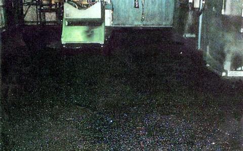 工場のコンクリート床面に滑り止めペイント塗料を塗装