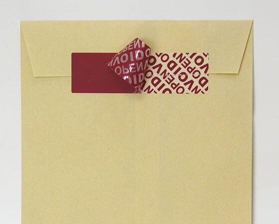 封筒や段ボールに貼ったシールラベルを剥がすとVOID(無効)の文字が出ます。