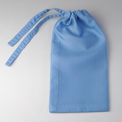 クリーンルーム用の静電気帯電防止の巾着袋は、布製の発塵しないカバーや口が閉じる紐付きバッグ袋です。クリーンルーム作業服と同じ生地。