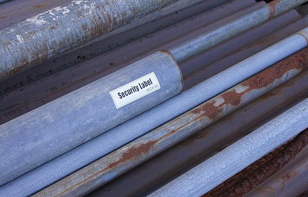 耐水性・耐候性があり、文字が消えずに剥がれない永久表示ラベルシールです。