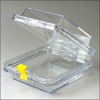 容器の内部フィルムが上下で挟んで固定するため、落としても中身が壊れない保護ケース