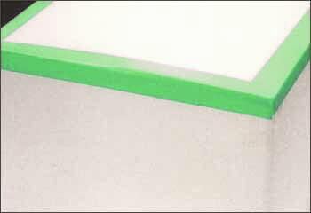 クリーンルームでプラダン梱包に使うテープは、クリ-ン仮止め養生テープです。