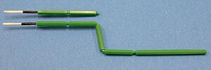 クリーンルーム用の極細綿棒は、細かい部分に使えて軸が自由に曲がるスワブです。