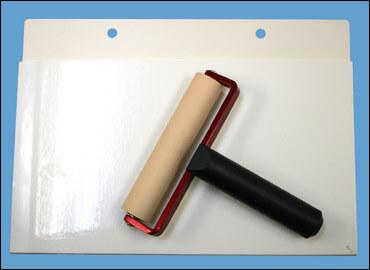 クリーンルーム用ゴムローラーを掃除するゴミ転写シートは、粘着パッドで転がして接着してクリーニングします。