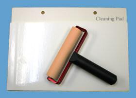 クリーンルームで使う帯電防止ゴムローラーは、転写シートに転がしてきれいにします。