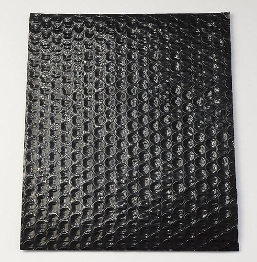 黒色プチプチは、ツヤのある黒色シートとエアーパックに貼り合わせたエアー緩衝材です。
